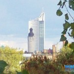 Blick mit Zoom auf das Rathaus und Uni-Riese